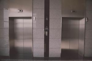 Attention aux ascenseurs qui coincent