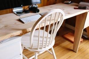 Totalement repeinte, la chaise affiche un nouveau style