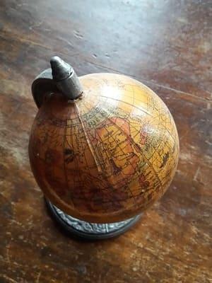 Regardez bien comment la carte du monde a été dessinée sur le globe, c'est un indice de sa valeur