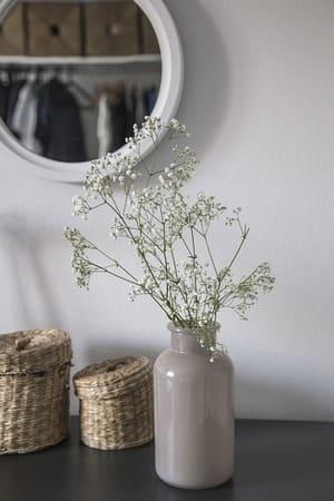 Plutôt qu'un petit miroir, voyez plus grand et prenez-en un qui inclut des rangements