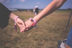 Les indémodables bracelets en tissu, encore plus jolis quand ils sont faits maison