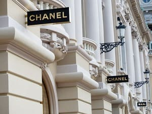 Les vendeurs d'un magasin Chanel peuvent vous informer