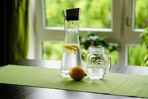 Mettre une carafe d'eau à disposition des salariés pour limiter l'usage des bouteilles