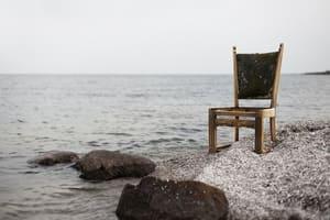 N'abandonnez pas une chaise en bois dans la nature
