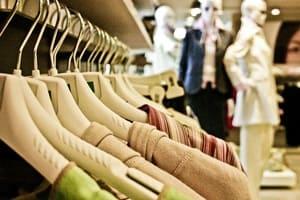 On collecte de plus en plus de textiles, mais les Français ont du mal à s'en séparer