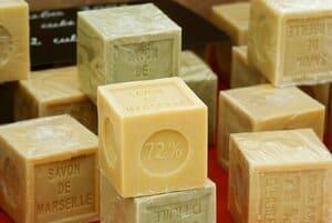 Le savon de Marseille permet d'entretenir ses bijoux en or
